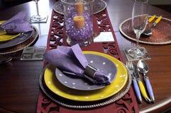 Ajuste de lugar amarelo e roxo da tabela Foto de Stock