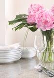 Ajuste de lugar & pratos brancos, peonies Fotografia de Stock