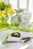 Ajuste de lugar com o cartão para a refeição matinal de easter Foto de Stock Royalty Free