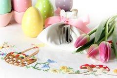 Ajuste de lugar da Páscoa em um pano de tabela de linho elegante Este ajuste de lugar tradicional da refeição matinal do feriado  imagem de stock royalty free