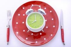 Ajuste de lugar da tabela das horas de comer com despertador Imagens de Stock Royalty Free