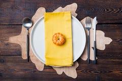 Ajuste de lugar da tabela do outono com espaço da cópia da abóbora Foto de Stock