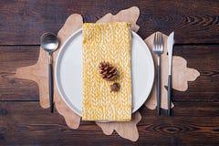 Ajuste de lugar da tabela do outono com espaço da cópia do cone Fotos de Stock Royalty Free