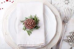 Ajuste de lugar do jantar do Natal e do ano novo com guardanapo da decoração Foto de Stock