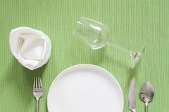 Ajuste de lugar do jantar uma placa preta com forquilha e a colher de prata sobre Fotografia de Stock Royalty Free