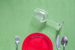 Ajuste de lugar do jantar uma placa preta com forquilha e a colher de prata sobre Foto de Stock Royalty Free