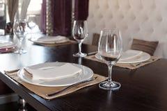Ajuste de lugar em um restaurante Imagens de Stock Royalty Free