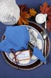 Ajuste de lugar feliz da mesa de jantar da ação de graças do estilo do vintage - vertical Fotos de Stock