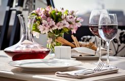 Ajuste de lugar fino da tabela de jantar do restaurante imagens de stock royalty free