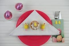 Ajuste de lugar liso da tabela da configuração para a Páscoa com bolo foto de stock