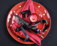 Ajuste de lugar vermelho e preto elegante da mesa de jantar do partido de Dia das Bruxas do tema Foto de Stock