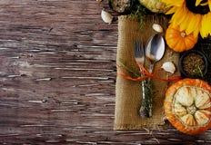 Ajuste de madera estacional de la tabla con las pequeñas calabazas Imagen de archivo libre de regalías