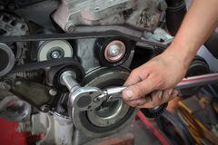 Ajuste de mantenimiento de la polea del coche moderno imagen de archivo