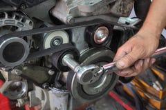 Ajuste de mantenimiento de la polea del coche moderno imagenes de archivo