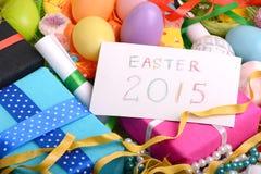 Ajuste de Pascua con la decoración de la caja y de la primavera de regalo Imágenes de archivo libres de regalías