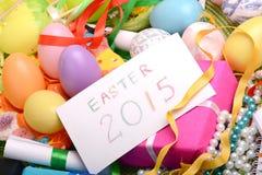 Ajuste de Pascua con la decoración de la caja y de la primavera de regalo Fotos de archivo