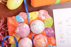Ajuste de Pascua con la decoración de la caja y de la primavera de regalo Foto de archivo