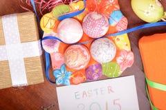 Ajuste de Pascua con la decoración de la caja y de la primavera de regalo Fotografía de archivo