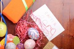 Ajuste de Pascua con la decoración de la caja y de la primavera de regalo Fotos de archivo libres de regalías