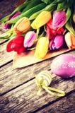 Ajuste de Pascua con los tulipanes multicolores Foto de archivo
