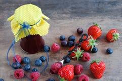 Ajuste de Rustical - ingredientes do doce das bagas Fotografia de Stock