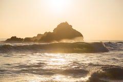 Ajuste de Sun atrás das rochas no parque estadual de Pfeiffer, Big Sur, Califo imagem de stock