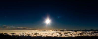 Ajuste de Sun em nuvens foto de stock royalty free