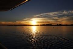Ajuste de Sun en el medio del mar Imagen de archivo