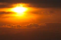 Ajuste de Sun en un cielo occidental ahumado Foto de archivo