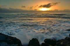 Ajuste de Sun sobre el horizonte según lo visto de la plataforma meridional de la visión del rompeolas en Greymouth, Nueva Zeland Foto de archivo