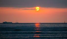 Ajuste de Sun sobre el Océano Pacífico imagenes de archivo