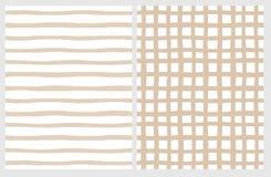 Ajuste de 2 testes padrões geométricos irregulares tirados mão Listras bege e grade em um branco ilustração stock
