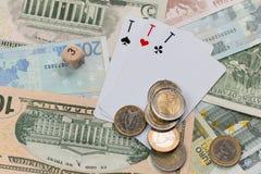 Ajuste de três cartões de jogo dos ás, euro- moedas foto de stock royalty free