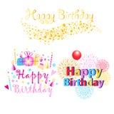 Ajuste de três textos de cumprimento coloridos do feliz aniversario com presentes e velas ilustração royalty free
