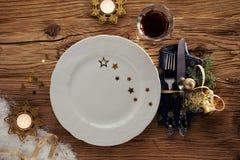 Ajuste decorativo de la tabla de la Navidad con las velas Fotografía de archivo libre de regalías