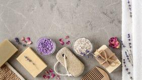 Ajuste del balneario del baño con los jabones naturales hechos a mano Imagen de archivo