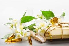 Ajuste del balneario con aceite esencial y flores del jazmín Fotografía de archivo