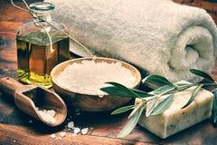 Ajuste del balneario con el jabón verde oliva natural Imagenes de archivo