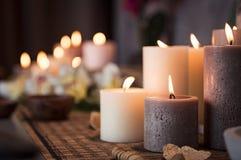 Ajuste del balneario con las velas aromáticas Foto de archivo