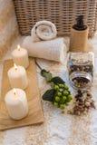 Ajuste del BALNEARIO con las velas, la infusión de hierbas y las toallas Imagenes de archivo