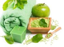 Ajuste del balneario con los productos de la manzana verde Imagenes de archivo