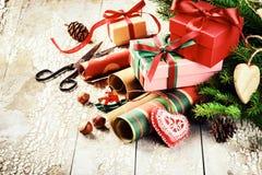 Ajuste del día de fiesta con las cajas de regalo y el papel de embalaje hechos a mano Imágenes de archivo libres de regalías