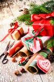 Ajuste del día de fiesta con las cajas de regalo y el papel de embalaje hechos a mano Fotos de archivo libres de regalías