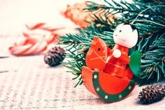 Ajuste del día de fiesta de la Navidad con el juguete del vintage y el decoratio festivo Imagenes de archivo