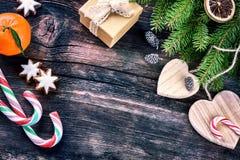 Ajuste del día de fiesta de la Navidad con las decoraciones retras Fotografía de archivo libre de regalías