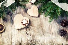Ajuste del día de fiesta de la Navidad con las decoraciones retras Imagen de archivo