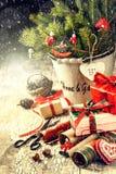 Ajuste del día de fiesta de la Navidad con las decoraciones retras Fotografía de archivo