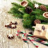 Ajuste del día de fiesta de la Navidad con las decoraciones y el branche retros del abeto Imágenes de archivo libres de regalías