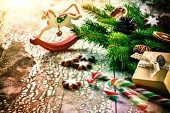 Ajuste del día de fiesta de la Navidad con las decoraciones y el branche retros del abeto Fotografía de archivo libre de regalías