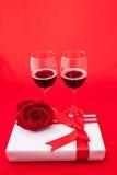 Ajuste del ` s de la tarjeta del día de San Valentín del St con el actual y rojo vino Fotos de archivo libres de regalías
